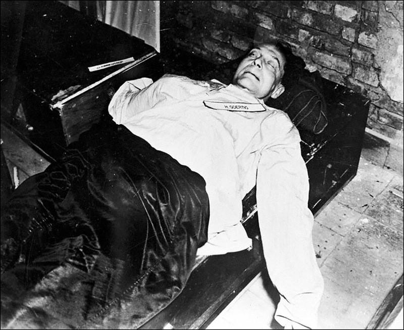 Труп Геринга, совершившего самоубийство.