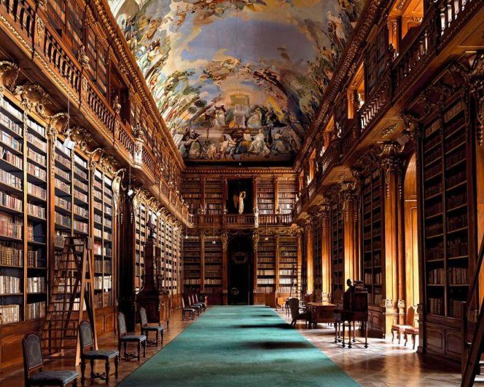 Является уникальной и ценнейшей из сохранившихся исторических библиотек, ее фонды насчитывают более 130 тысяч экземпляров книг и около 2500 ценных рукописей.